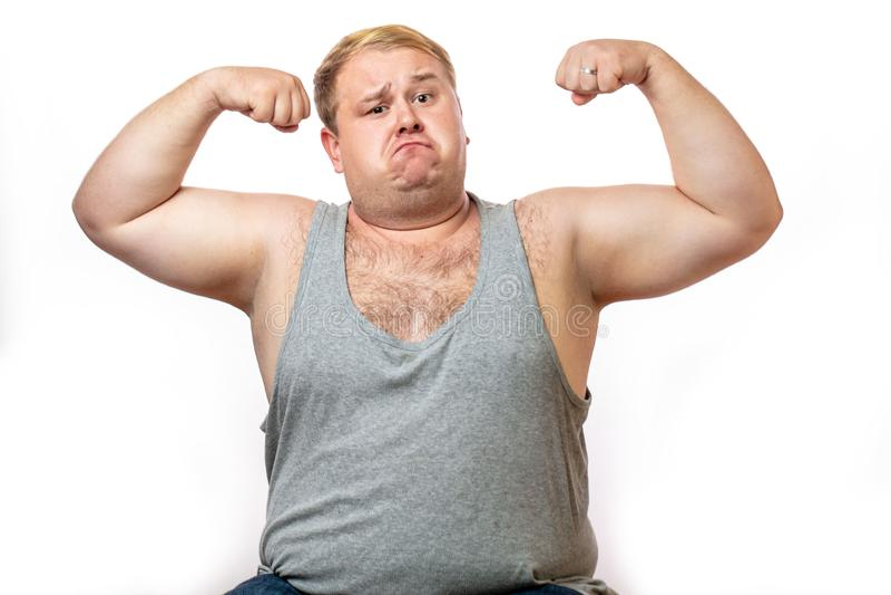 Смешной полный человек спорт изгибая его мышцу изолированную на белой предпосылке стоковые изображения