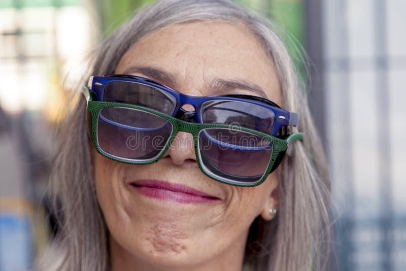 Смешной портрет дамы с сериями стекел стоковое фото rf