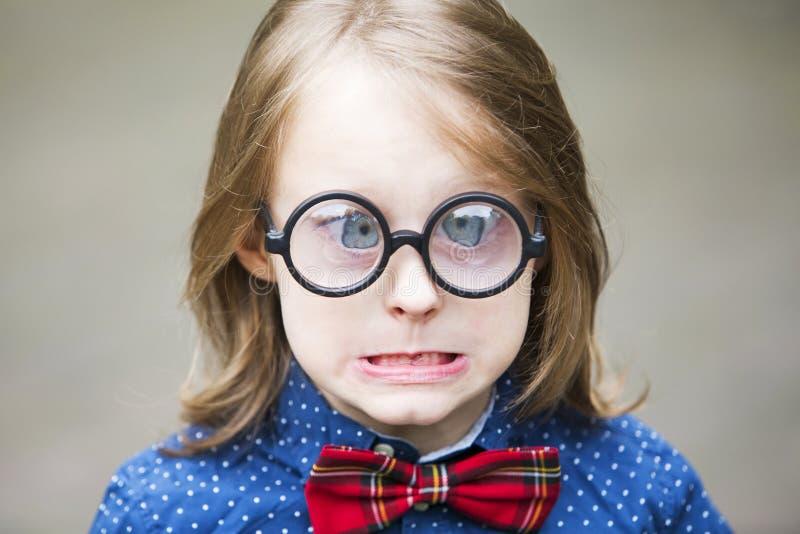 Смешной портрет белокурого мальчика с огромными стеклами стоковые фотографии rf