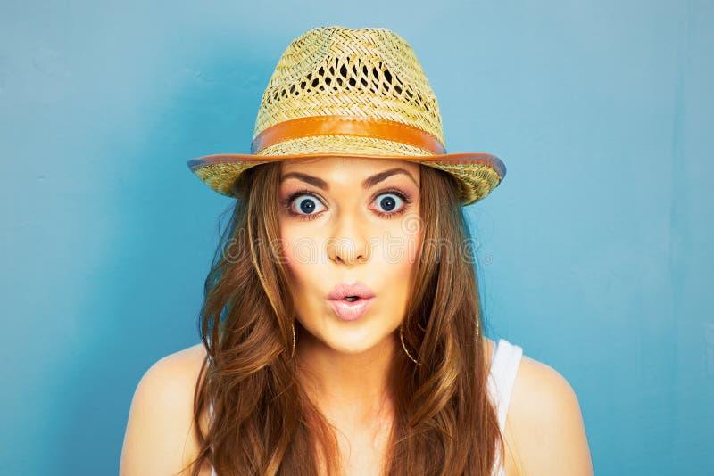 Смешной портрет женщины на голубой предпосылке стоковое фото