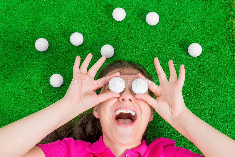 Смешной портрет женщины с шарами для игры в гольф стоковые фото