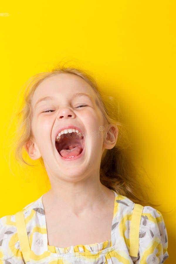 Смешной портрет маленькой девочки стоковое фото rf
