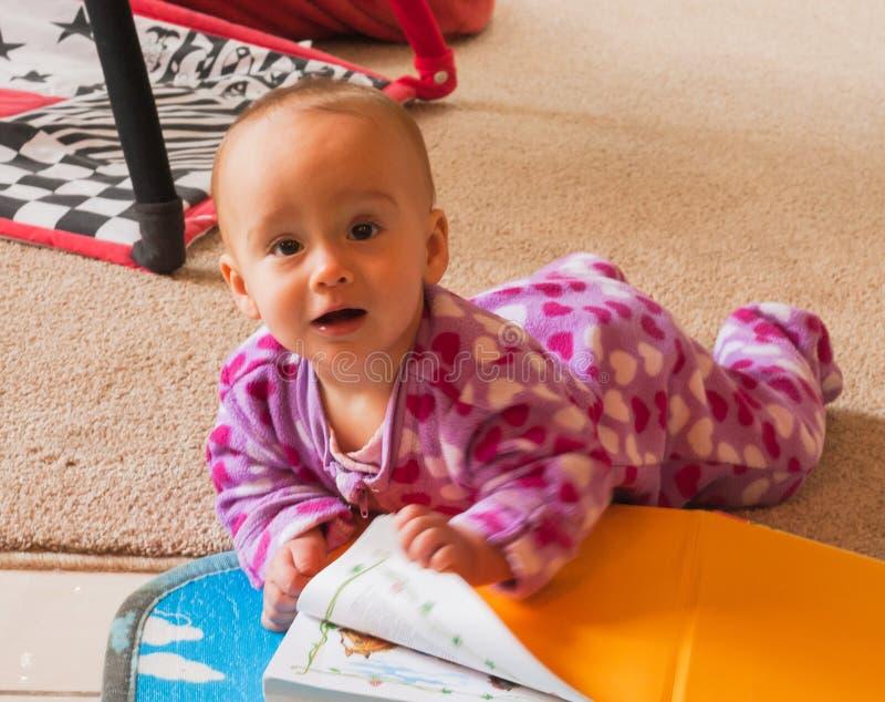 Смешной портрет милого младенца с книгой стоковая фотография