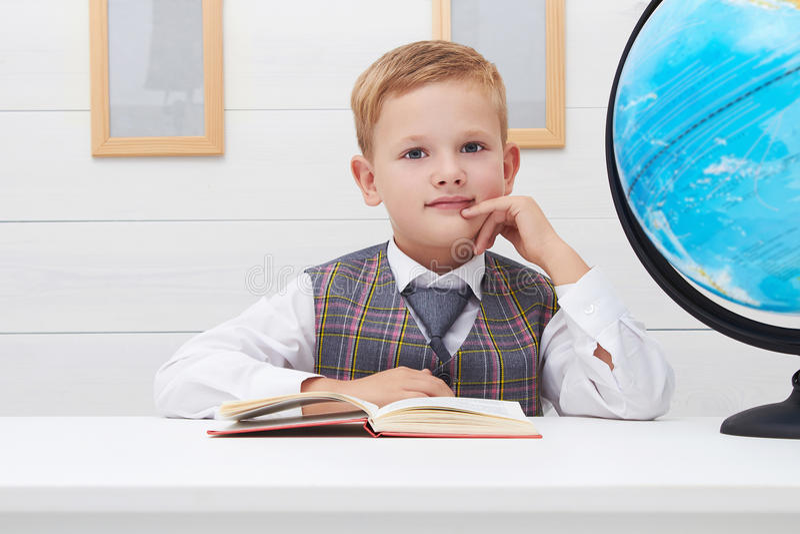 Смешной ребенок в школе мальчик с книгой, образованием детей стоковые изображения rf
