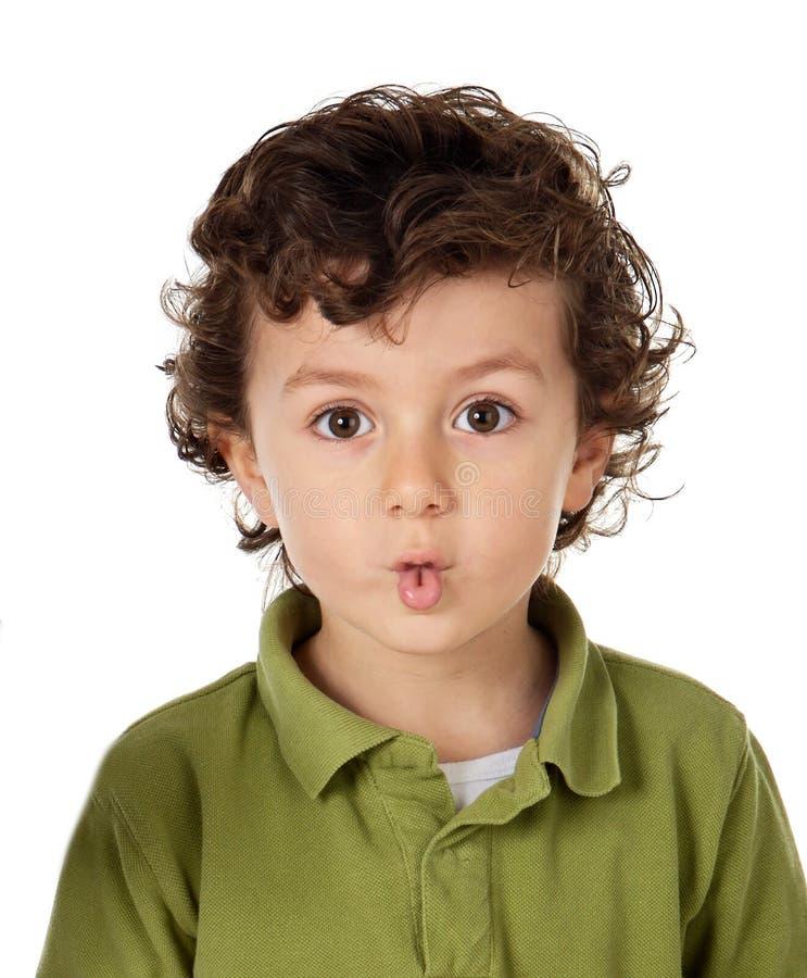 Смешной ребенок делая оскал кладя его губы совместно стоковое изображение