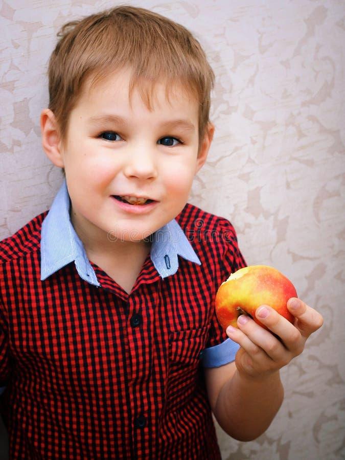 Смешной ребенок есть яблоко Маленький красивый мальчик с зеленым яблоком белизна студии макроса здоровья еды хлопьев мозоли предп стоковое изображение rf