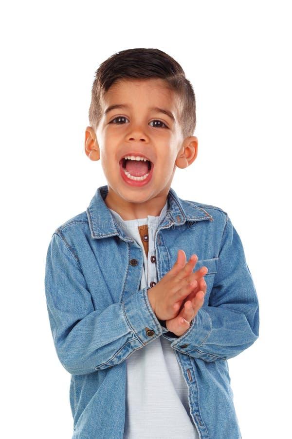 Смешной ребенок с темными волосами хлопая и поя стоковые изображения rf