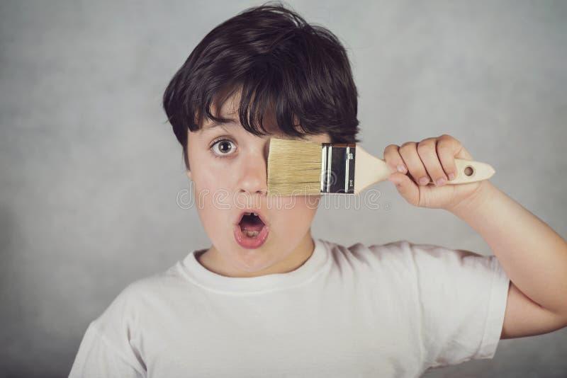 Смешной ребенок с щеткой ` s художника стоковая фотография rf