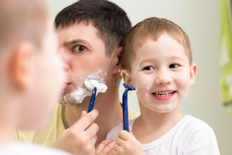 Сын бреют маму