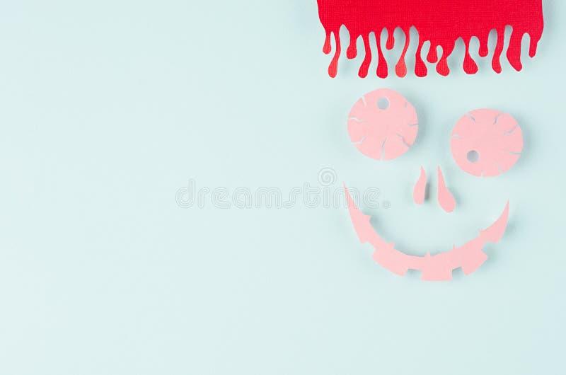 Смешной розовый изверг хеллоуина отрезанного бумажного шаржа с кровопролитными волосами на пастельной предпосылке зеленого цвета  стоковое изображение