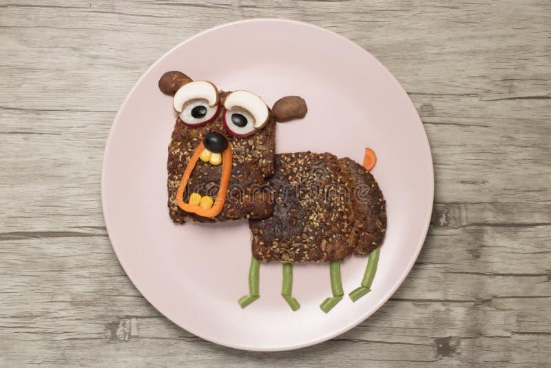 Смешной сандвич в форме собаки лаять стоковые фотографии rf