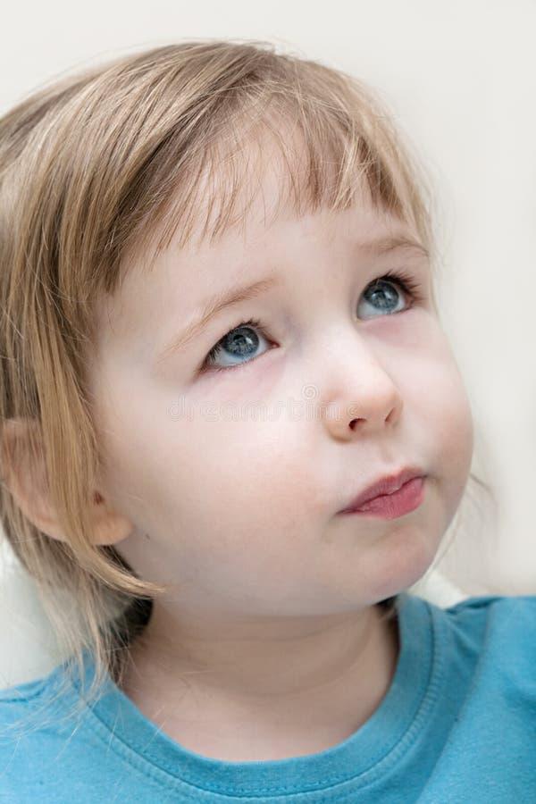 Смешной серьезный эмоциональный белый крупный план стороны девушки ребенка стоковое изображение rf