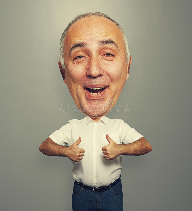 Смешной смеясь над человек показывая большие пальцы руки вверх стоковая фотография