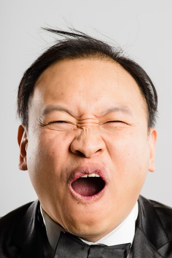 Предпосылка серого цвета определения смешных людей портрета человека реальных высокая стоковое фото