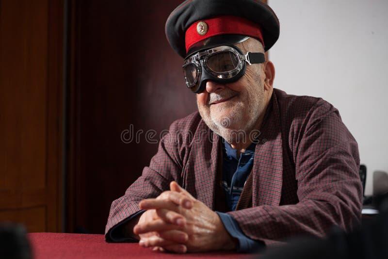 Смешной старик с пилотными изумлёнными взглядами и крышкой стоковые изображения