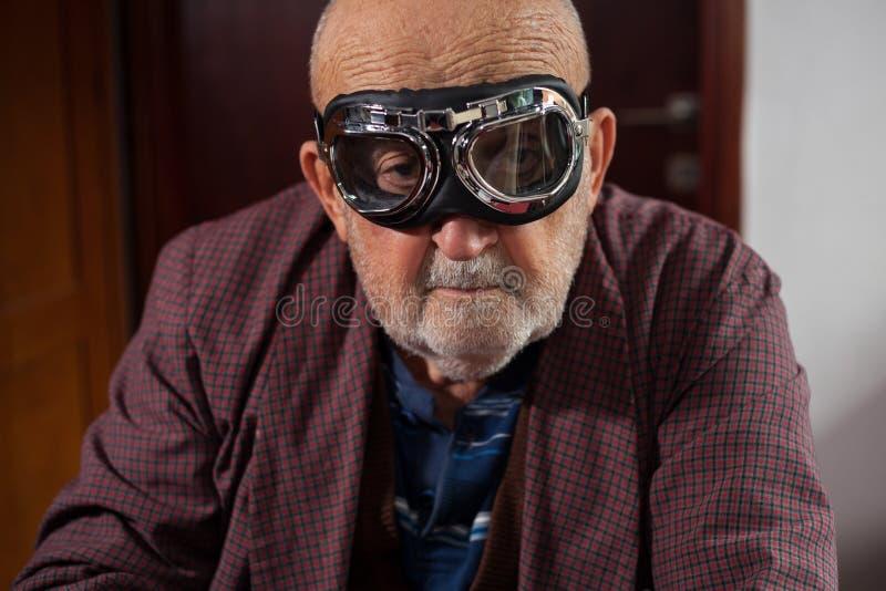 Смешной старик с пилотными стеклами стоковые фотографии rf