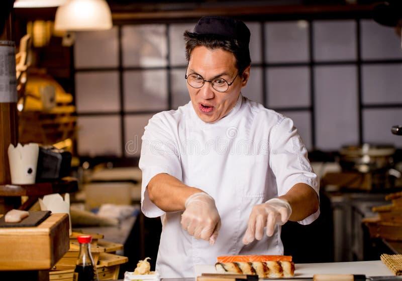 Смешной сумашедший шеф-повар создает его любимое блюдо человек сумасшедший о варить стоковые изображения
