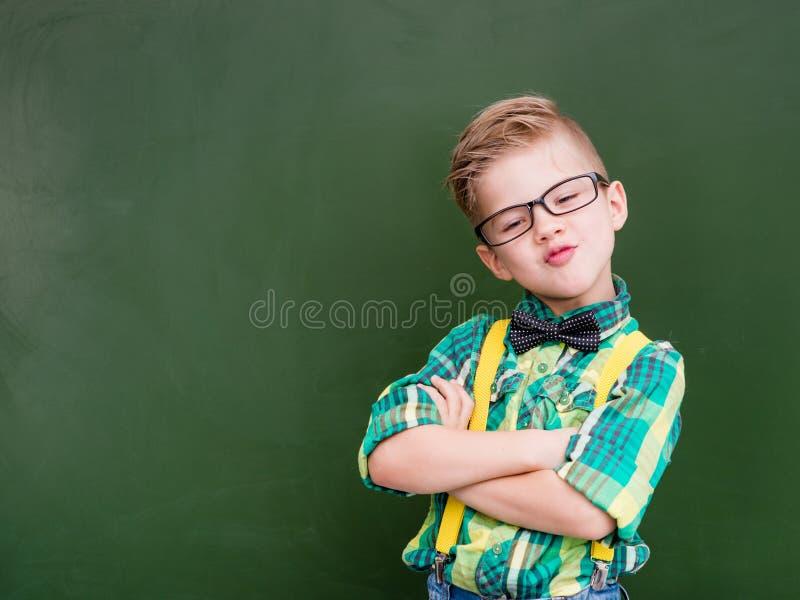 Смешной счастливый болван около пустой зеленой доски стоковое фото
