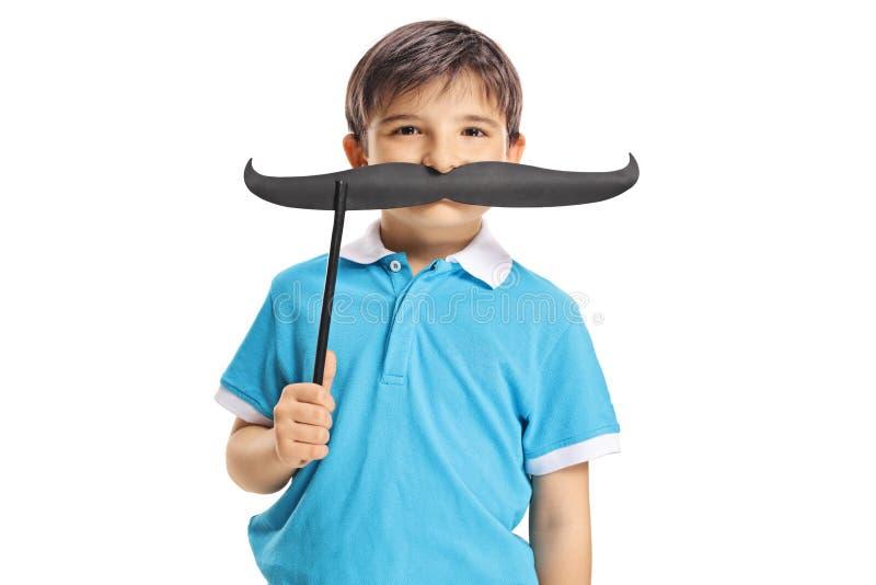 Смешной усик удерживания мальчика на ручке на его стороне стоковые изображения