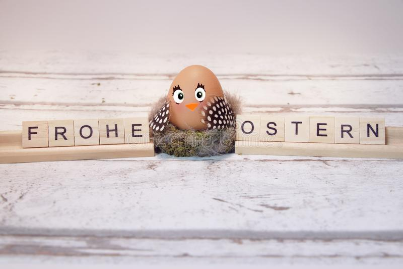Смешной цыпленок с пасхальным яйцом, frohe ostern стоковое изображение