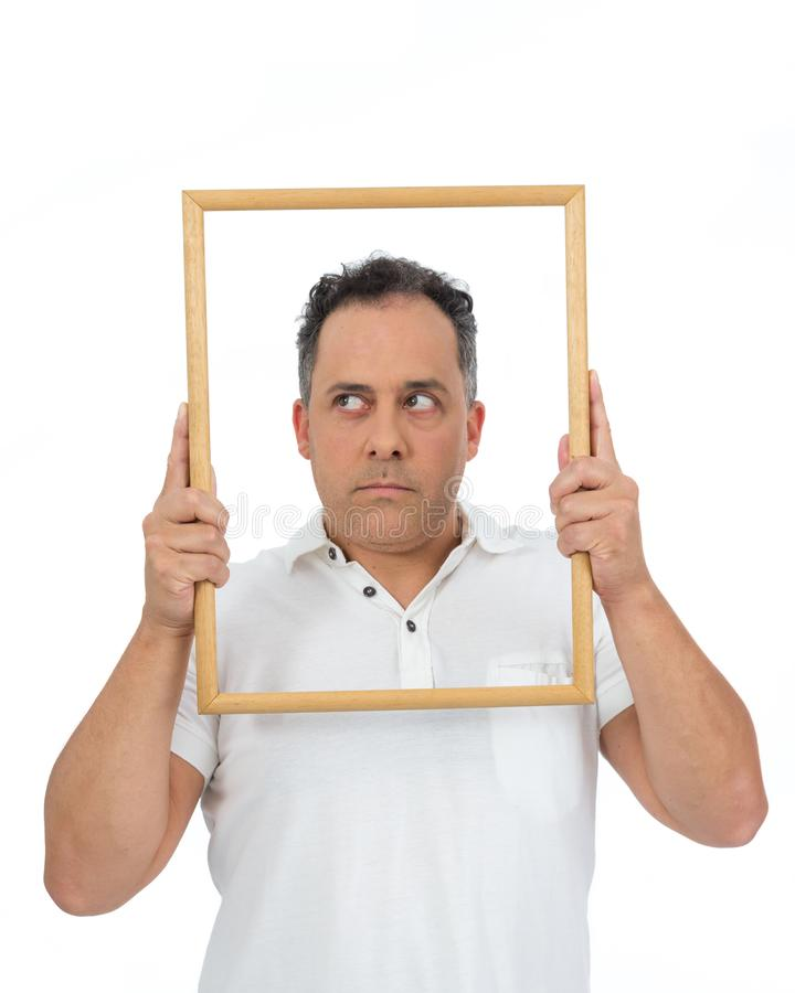 Смешной человек использует рамку для того чтобы обрамить Он полон и стоковые изображения