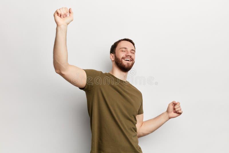 Смешной человек с поднятыми танцами оружий, наслаждаясь партией стоковые изображения