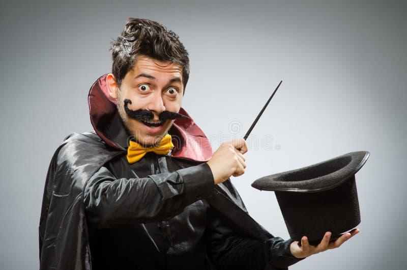 Смешной человек волшебника с палочкой стоковые изображения