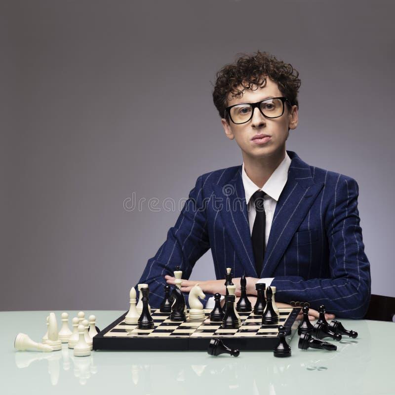 Смешной человек играя шахмат стоковые фотографии rf