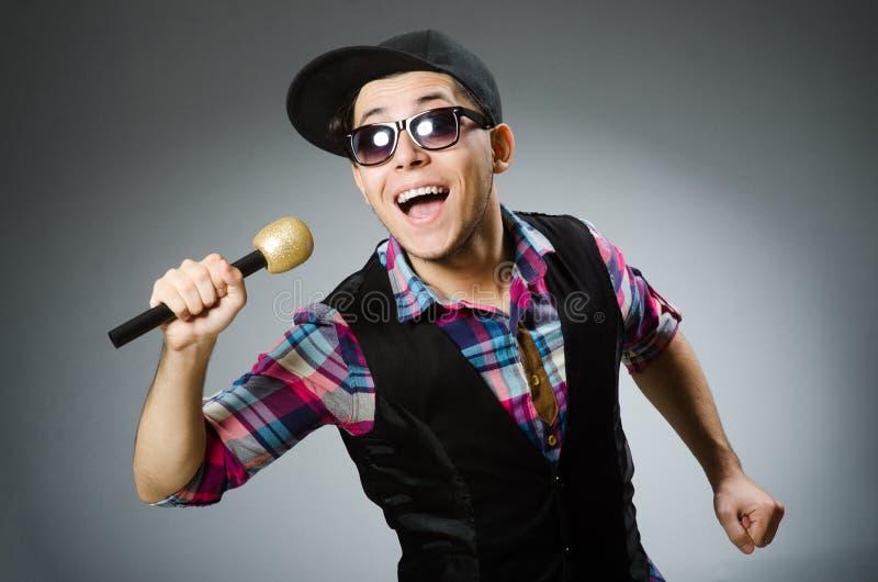 Смешной человек поя в караоке стоковые фотографии rf