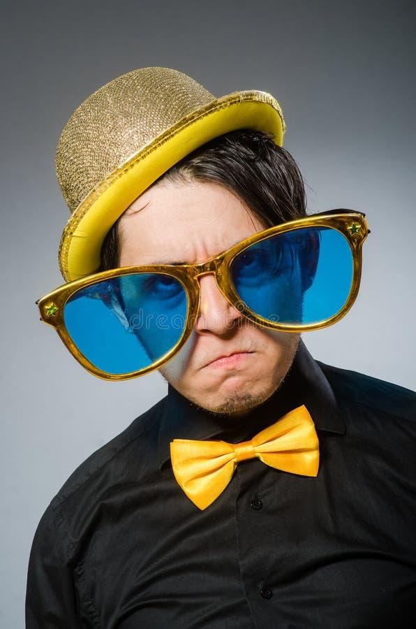 Смешной человек с винтажной шляпой стоковое фото