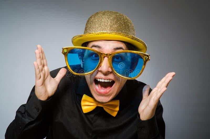 Смешной человек с винтажной шляпой стоковые фото