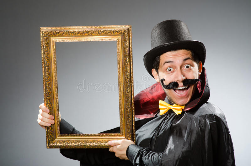 Смешной человек с картинной рамкой стоковые фотографии rf