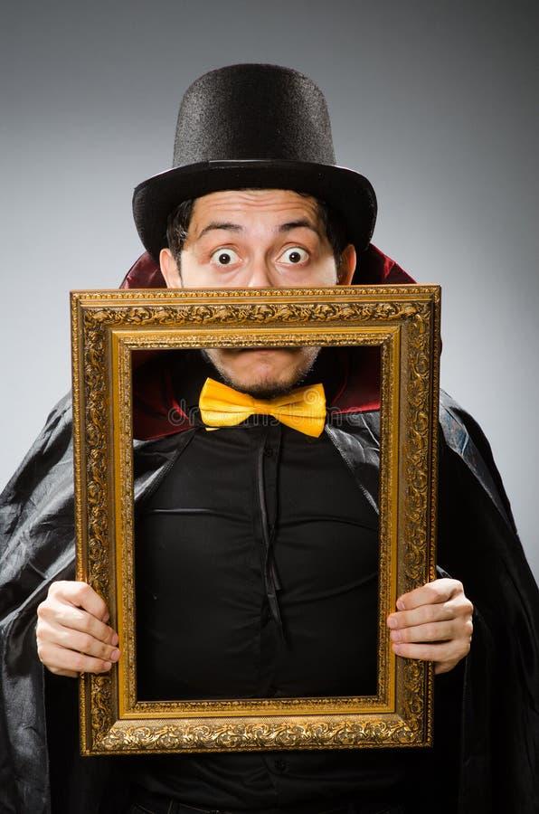 Смешной человек с картинной рамкой стоковая фотография