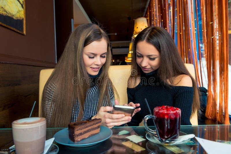 Смешные девушки с телефоном потратить время стоковое изображение