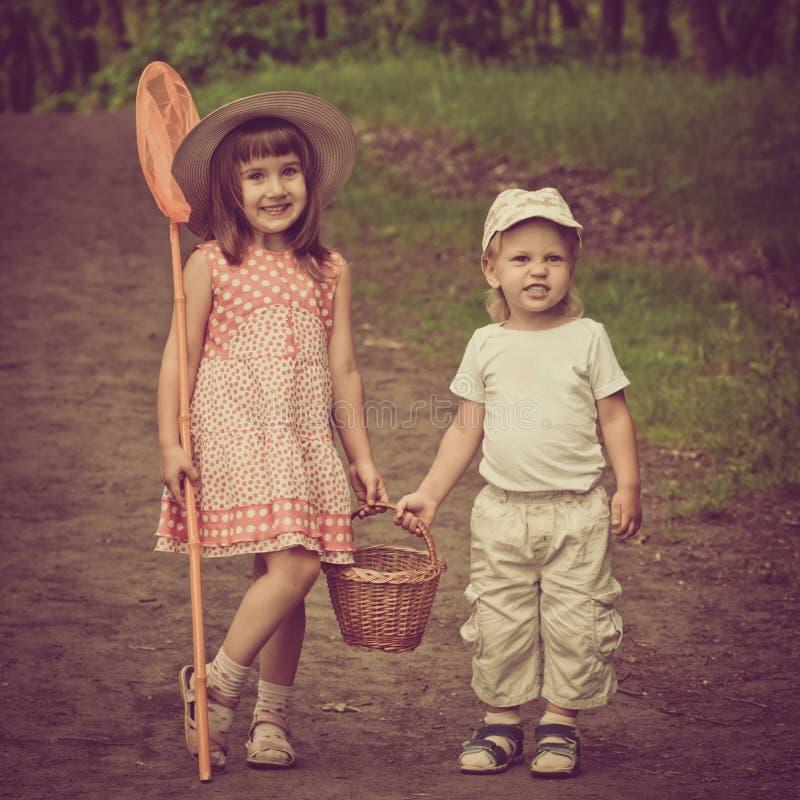 Смешные дети в лесе стоковые фотографии rf