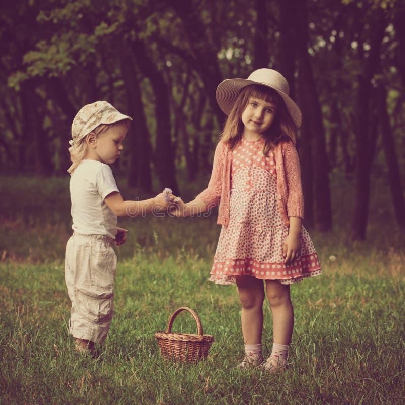 Смешные дети с цветками стоковые фотографии rf