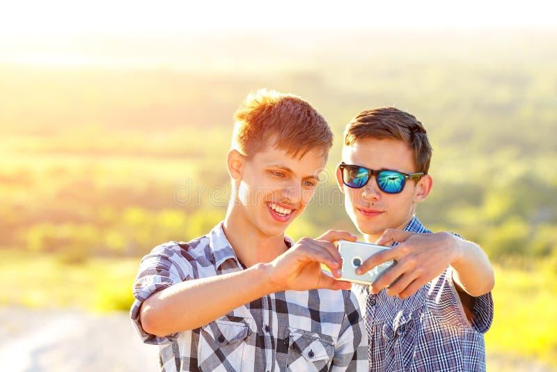 Смешные друзья принимают selfies на солнечный день стоковые фотографии rf