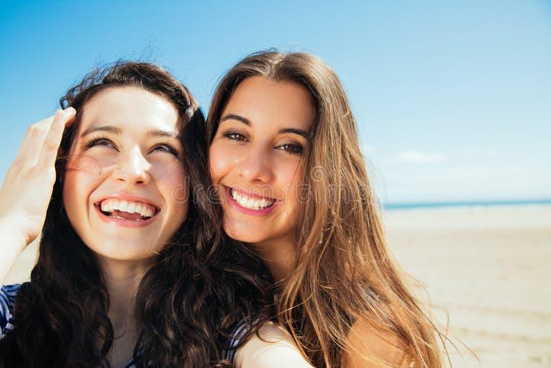 Смешные девушки selfie на пляже стоковые изображения rf