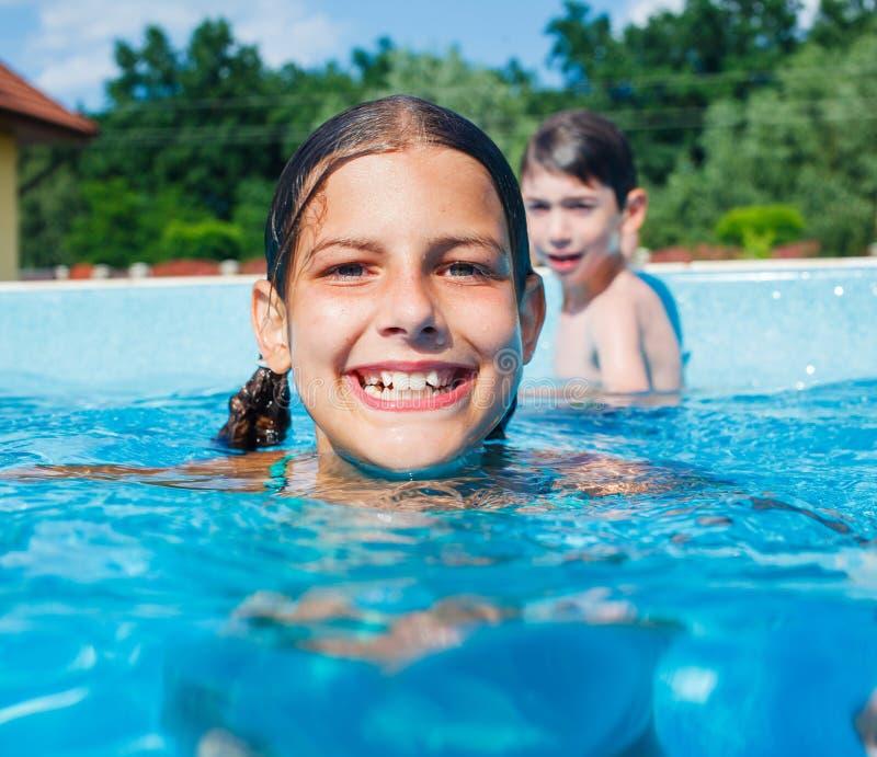 Смешные заплывы девушки. стоковое изображение rf