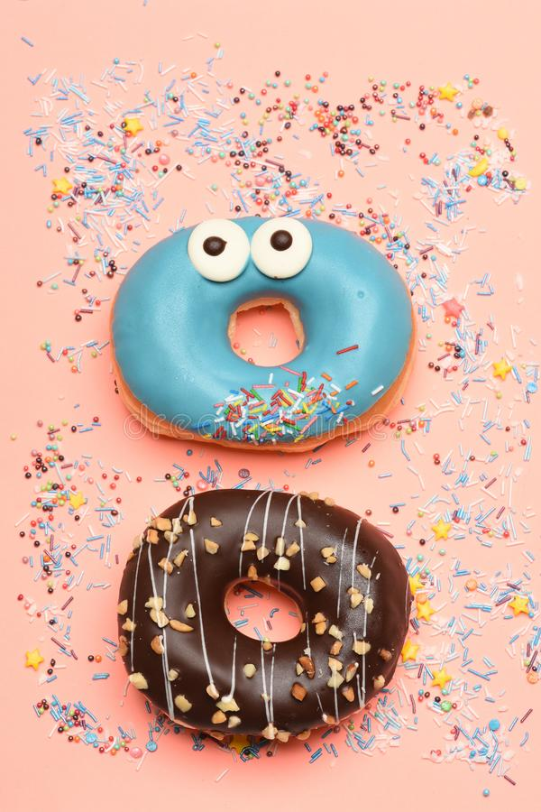 Смешные застекленные donuts на розовой предпосылке стоковое изображение rf
