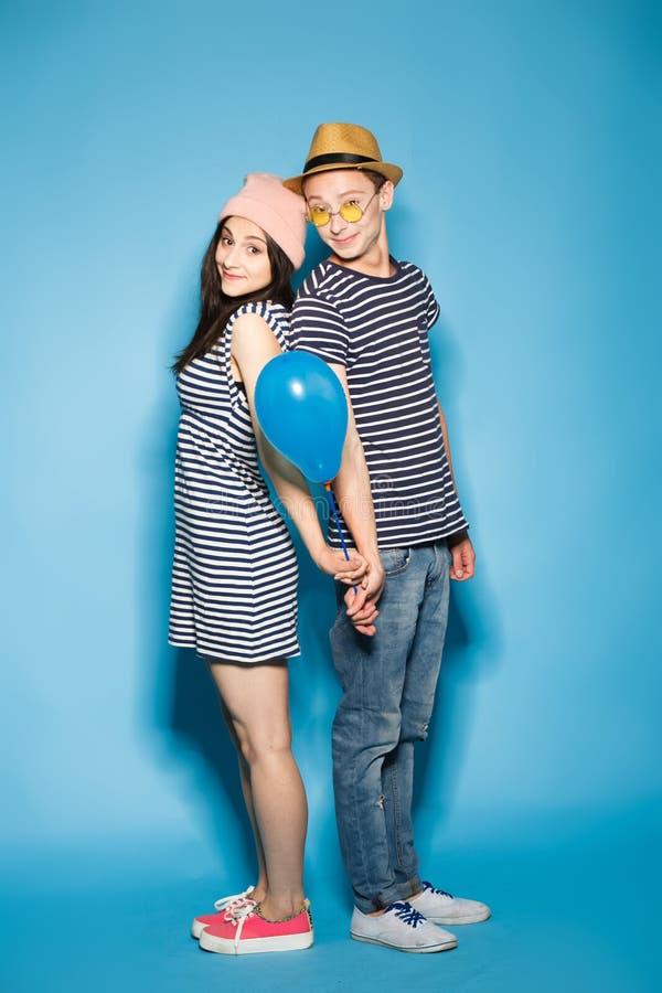 Смешные пары влюбленн в шарики студия стоковая фотография rf