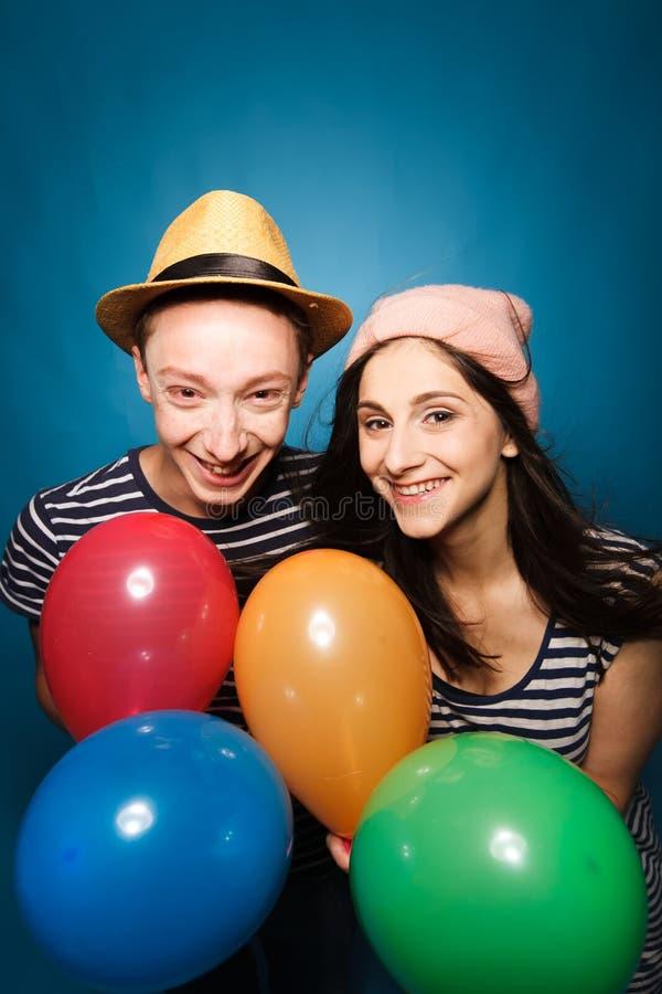 Смешные пары влюбленн в шарики студия стоковое фото rf