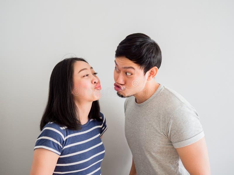 Смешные пары пробуя поцеловать один другого Концепция любов комедии стоковое фото