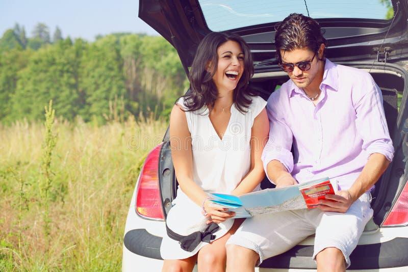 Смешные пары с дорожной картой стоковое фото