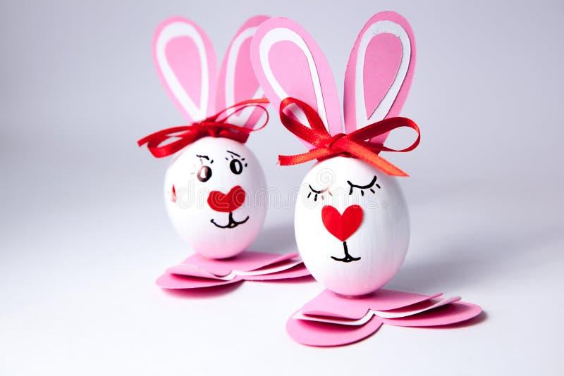 Смешные пасхальные яйца мальчик и девушка стоковое изображение