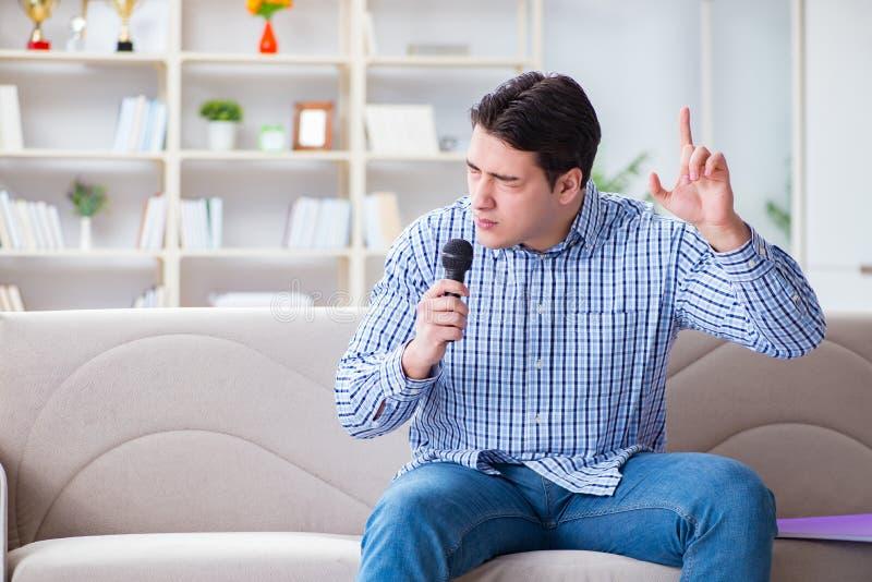 Смешные песни петь человека в караоке дома стоковая фотография