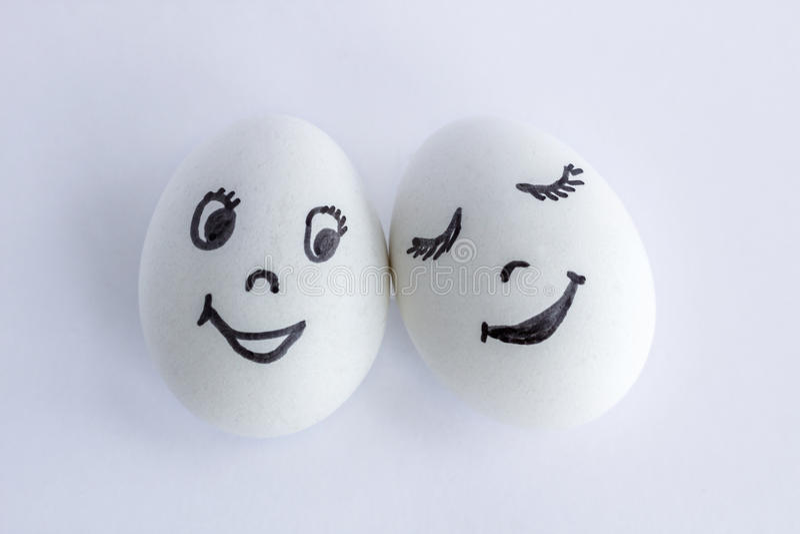 Смешные яичка имитируя счастливую пару усмехаясь любовников стоковая фотография