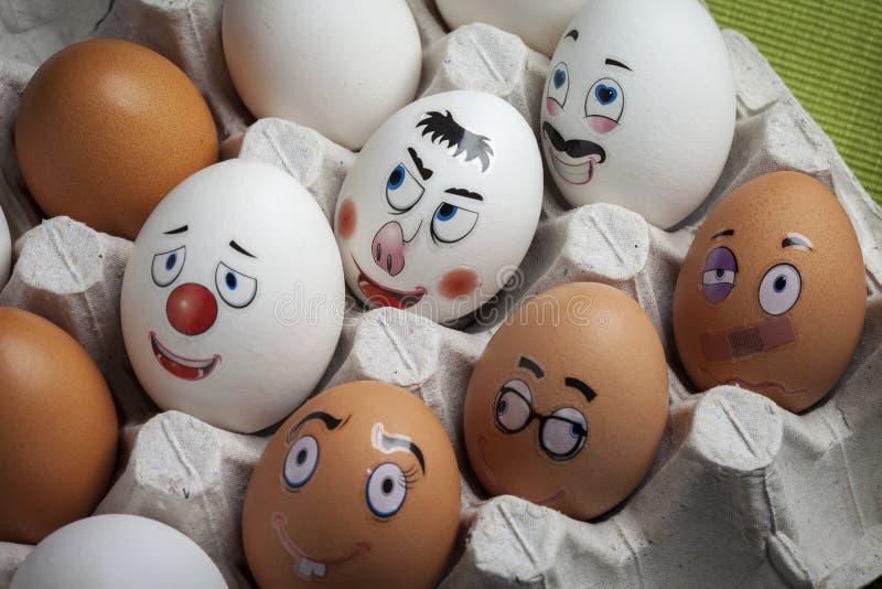 Смешные яйца с различными сторонами покрашенными с различными эмоциями стоковые фото