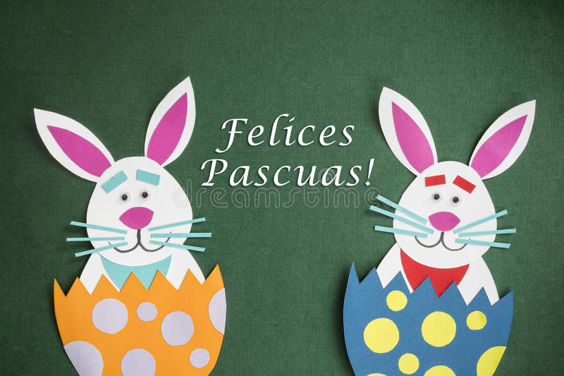 Смешными handmade яичка и текст шаржа помещенные кроликами внутренние в Sp стоковое фото