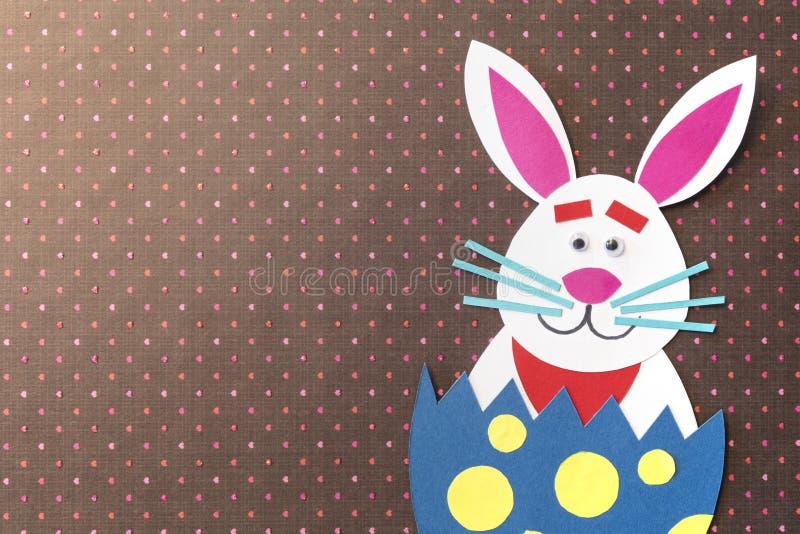 Смешным яичка шаржа и handmade помещенные кроликом внутренние с colorf стоковое фото